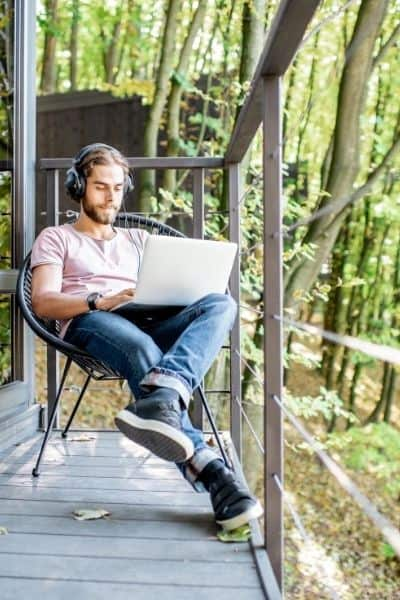 Work and travel as a digital nomad. Ways to work remotely. DiscoverCreateInspire.com